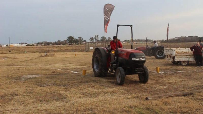 Por segundo año consecutivo, se disputó la Gincana de tractores en la Expo Rural También hubo exposición de autos antiguos.