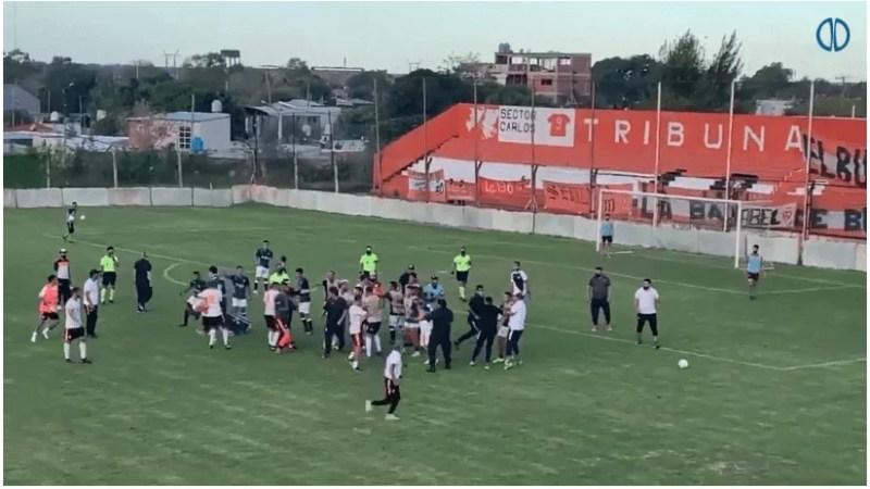 Video: Batalla campal y patada voladora en el fútbol de ascenso argentino