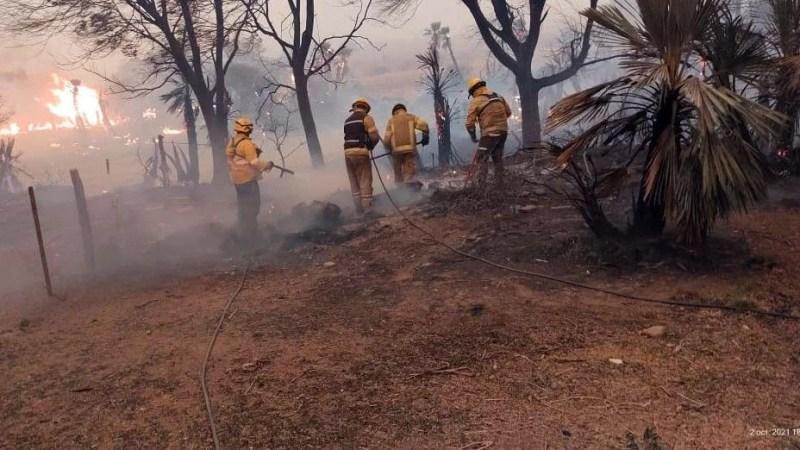 Bomberos combaten incendios en el norte y en Traslasierra