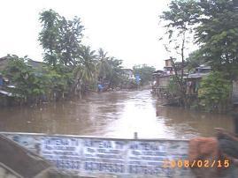 Tanggal 15 Februari di Jatinegara air Ciliwung tetaptinggi
