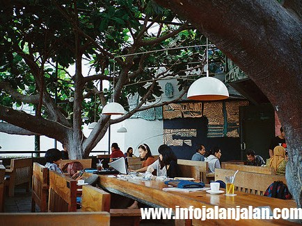 Tempat-Kuliner-di-Bandung-Selasar-Sunaryo-Artspace-Coffee-Shop