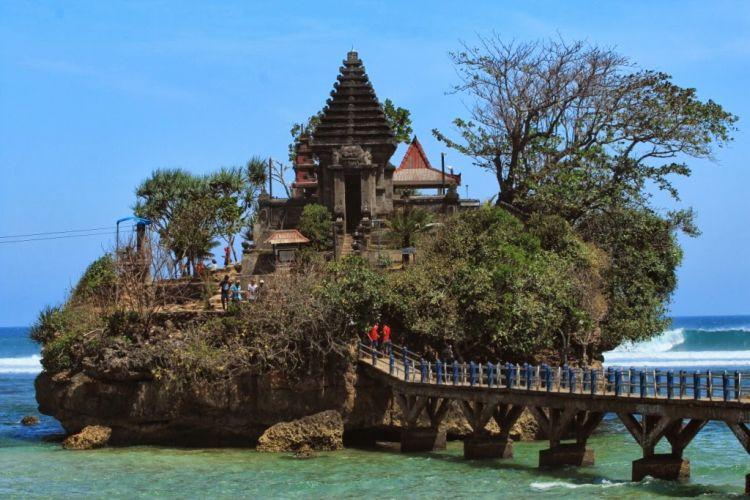 Wisata-alam-di-Malang-Pantai-Balekambang