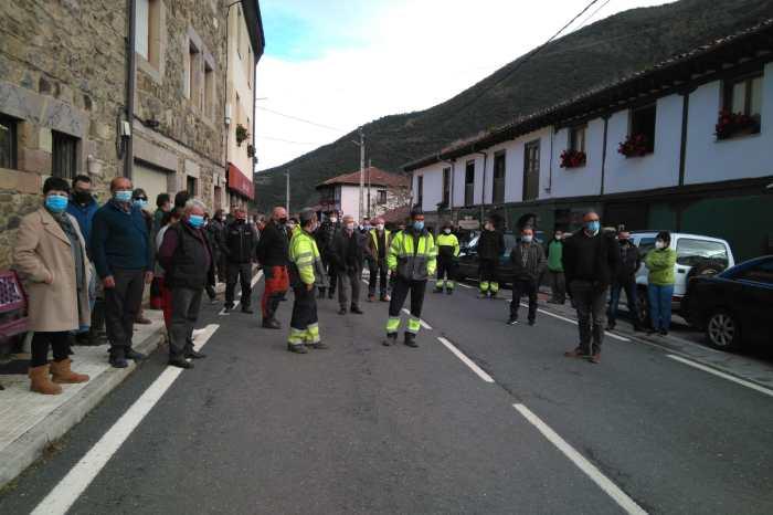 """Los vecinos de Vega de Liébana se manifiestan contra el cierre de su única sucursal: """"Uno de los pocos servicios que teníamos nos lo quitan"""""""