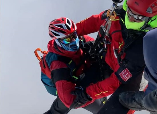 El helicóptero evacúa a un esquiador de Potes en el canal de San Carlos