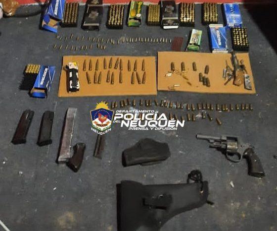 Cinco demorados y secuestran armas, municiones y estupefacientes en allanamientos