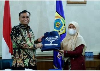 Wakil Bupati Pakpak Bharat Mutsyuhito Solin dan Kepala UT Cabang Medan Dra. Yusra Fiddin, M.Pd