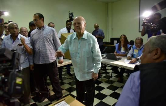 Hipólito Mejía ejerciendo su derecho al voto