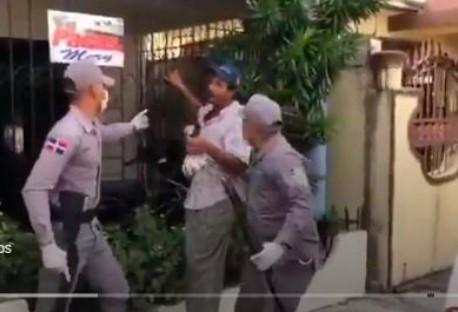 Policía N. destituyo al comandante que apresó a hombre buscaba comida durante toque de queda