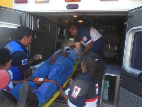 Momentos que socorristas de la Cruz Roja trasladan al sujeto.