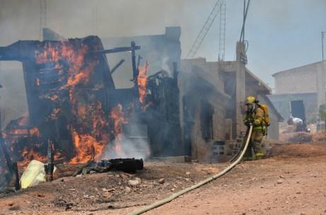 El incendio acabó con tres viviendas, de las cuales dos eran construidas con madera y lámina.