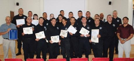Parte de los policías graduados del curso.
