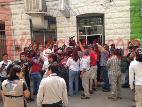 El movimiento atrajo a decenas de periodistas de ambos países.
