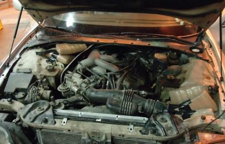 Parte de la marihuana oculta entre el motor.