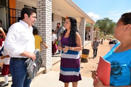 El diputado García Rosas acudió a la escuela en La Mesa.
