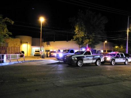 Varias patrullas escoltaron la ambulancia donde fue trasladado el sujeto baleado.