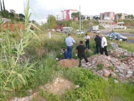 El cuerpo sin vida fue hallado entre escombros de tierra y matorrales.