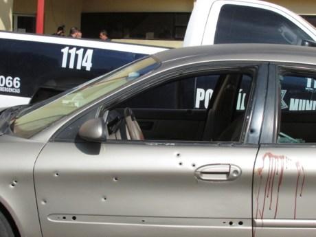 Así terminó el automóvil de la víctima, con varios impactos de bala en la carrocería.