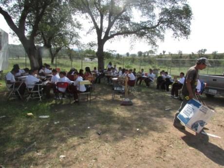 Los niños de La Mesa iniciaron el curso escolar tomando clases al aire libre.