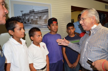 Apoya Alcalde a equipo infantil de futbol.