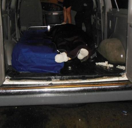 El cuerpo del hermano menor de Francisco Javier, al momento de ser llevado por la funeraria.