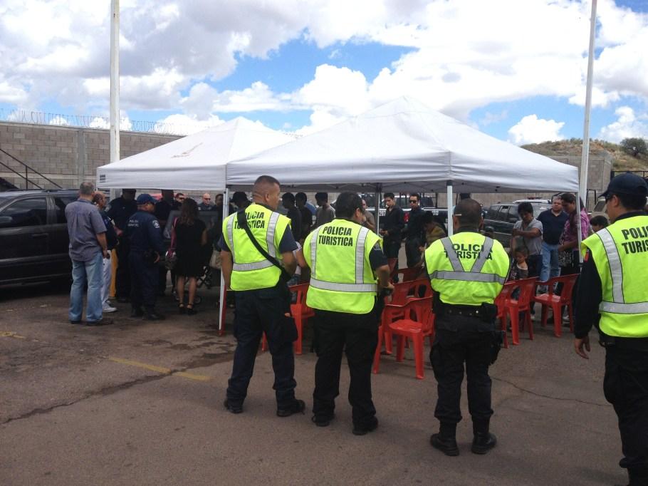 Elementos de la policía turística encabezaron las guardias de honor.