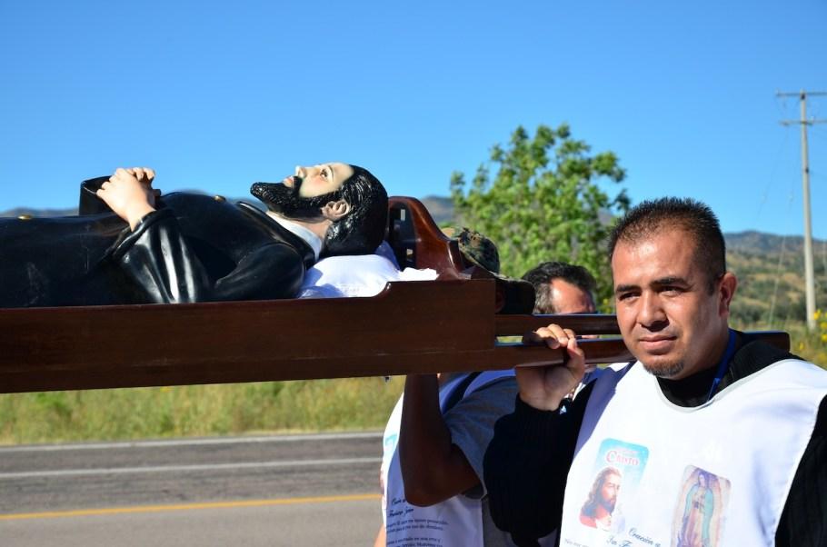 Cargaban una figura del Santo durante el recorrido.