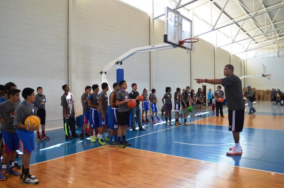 Ex jugadores de la NBA realizan clínicas a nogalenses.