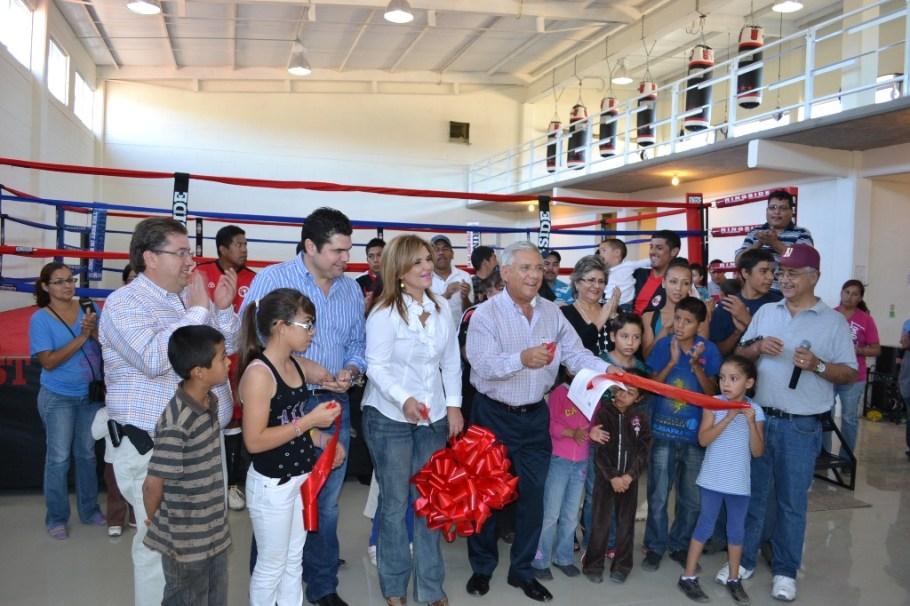 Inaugura RGM gimnasio de box en compañía de la senadora Claudia Pavlovich Arellano.