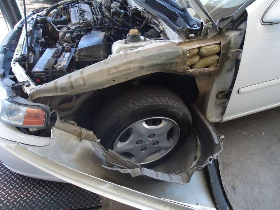 Más de nueve libras de metanfetaminas ocultos en un vehículo.