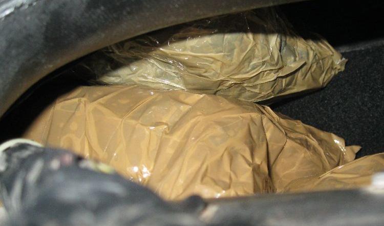 Droga oculta en la guantera de un vehículo.