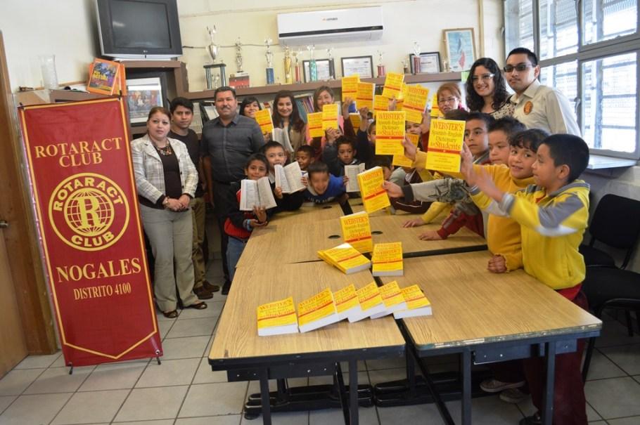 Entrega Club Rotarac diccionario inglés-español en escuela primaria.