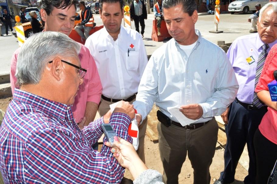 Entrega donativo RGM en arranque de colecta de la Cruz Roja.