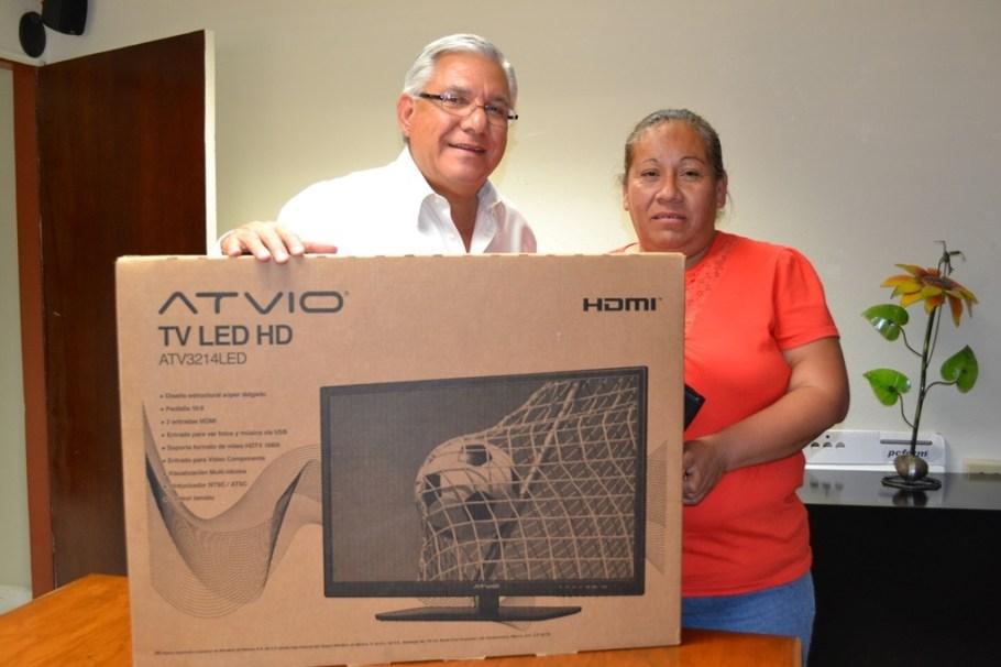 Entrega Presidente Municipal premio a vecina de la colonia Flores Magón.