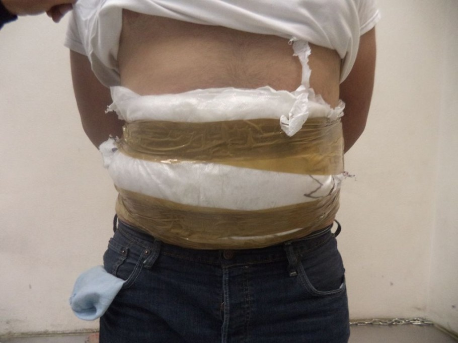 Mas de siete libras de droga pegada al cuerpo de un joven de Tucson.
