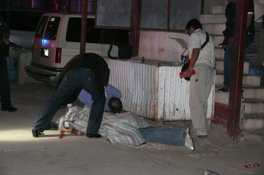 El cuerpo sin vida quedó tirado en una acera de la calle Abraham Zaied.