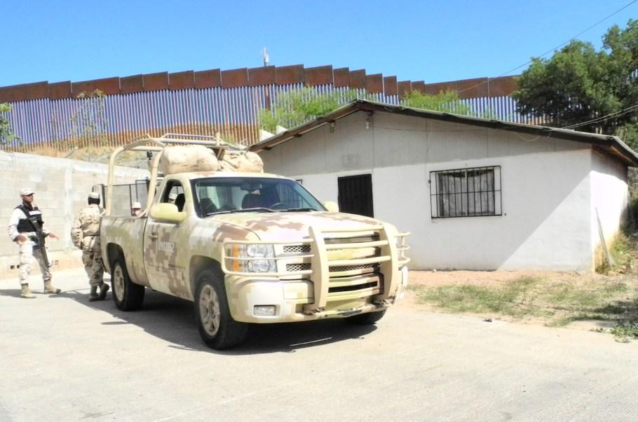 Elementos militares resguardan la vivienda desde la madrugada del martes.
