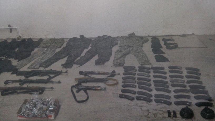 Rifles de asalto y equipo táctico.