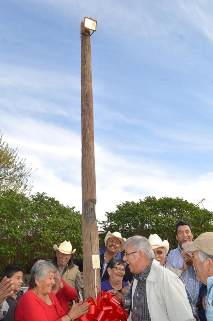 Tienen electricidad después de 32 años vecinos del ejido Francisco Miguel Cárdenas Valdez.