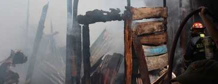 Lo pierde todo humilde familia al incendiarse su vivienda, en Colinas del Sol