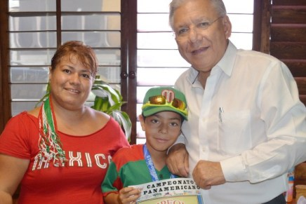 Agradece niño deportista apoyo al alcalde Ramón Guzmán