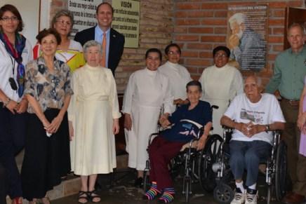 Entrega Consulado de EU en Nogales y Northcom camas ajustables y lavadoras al asilo de ancianos