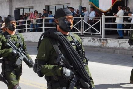 Celebran nogalenses el aniversario 205 de la Independencia viendo el desfile militar