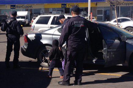 Amonestan a hombre que dejó solos a sus hijos en el interior de un vehículo
