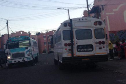 Choca camionero contra mufas y 2 vehículos, dejando sin luz a vecinos de la San Miguel