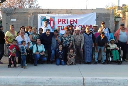 Se reúne dirigente del PRI Nogales con vecinos de las calles Cahítas y Coras en La Colosio