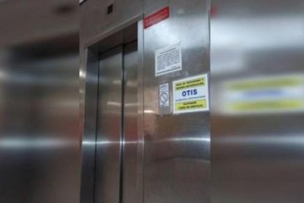 Quedan atrapados derechohabientes del IMSS al descomponerse el elevador