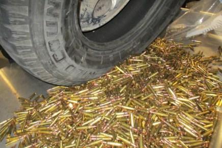 Interceptan a mujer con cargamento de rifles de asalto, municiones y cargadores, en la frontera con Sonoyta