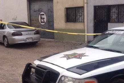 """Encuentran a """"encajuelado"""" en vehículo estacionado por el callejón Bernal"""