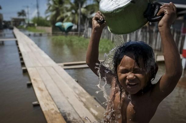 ФОТО ДНЯ: Купание на Амазонке