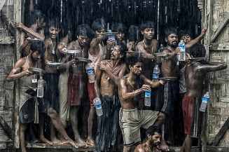 ФОТО ДНЯ: Муссонные дожди помогают мигрантам утолить жажду